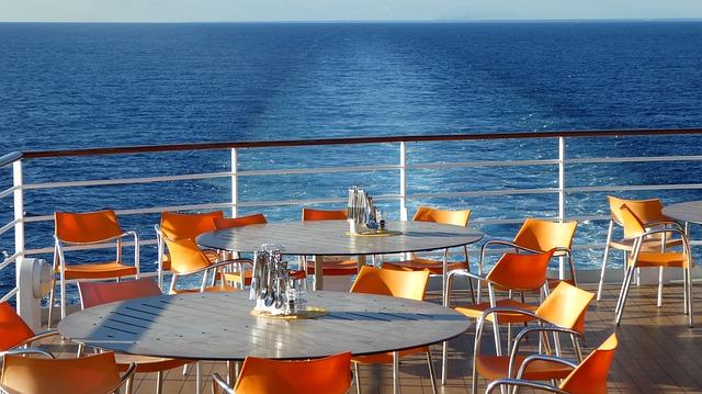 An Deck eines Kreuzfahrtschiffes